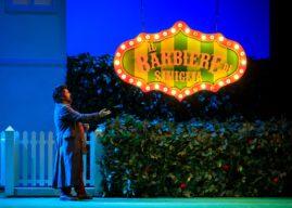 In un teatro a capienza piena, il Barbiere del TCBO dà un taglio alle preoccupazioni